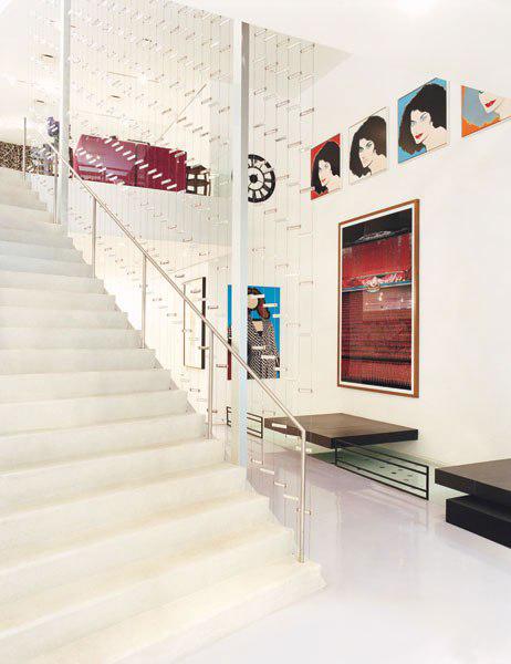 item8.rendition.slideshowVertical.diane-von-furstenburg-new-york-apartment-09-stairwell (1)